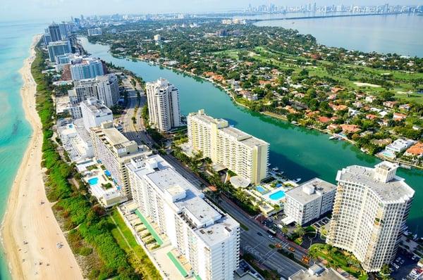 une vue aérienne de la plage et des gratte-ciel de Miami beach