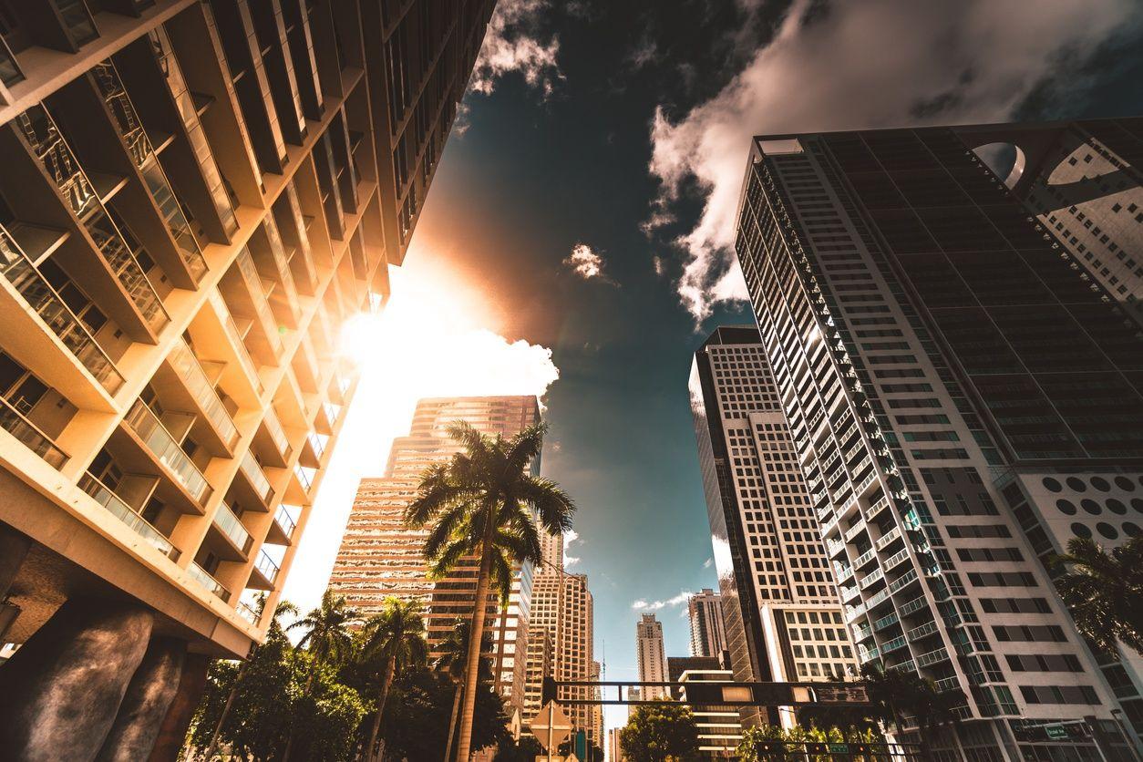 des immeubles de grande hauteur à downtown miami